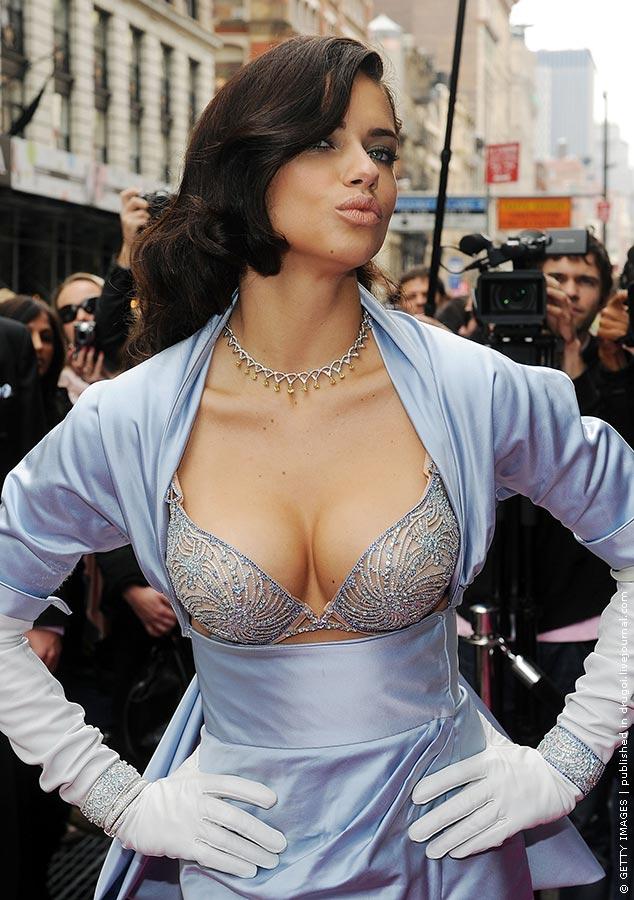 Большая вылезающая грудь из одежды