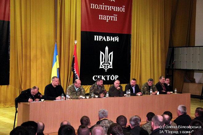 Андрей Артеменко (на фото – второй справа)