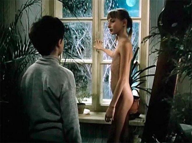 molodie-devushki-v-otkrovennih-stsenah-porno-filmi-stervi-derutsya